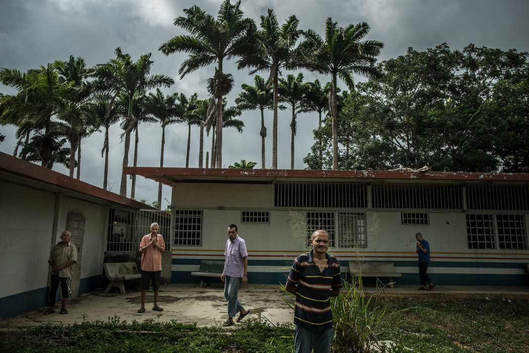 Pacientes en el patio de El Pampero Credit Meridith Kohut para The New York Times.
