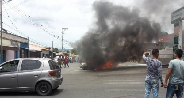 [VIDEO] Se incendió un carro al surtir gasolina en una estación de servicio